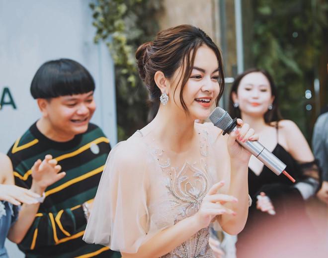 Phạm Quỳnh Anh cho biết bố mẹ chính là hậu phương vững chắc để cô yên tâm làm nghề.