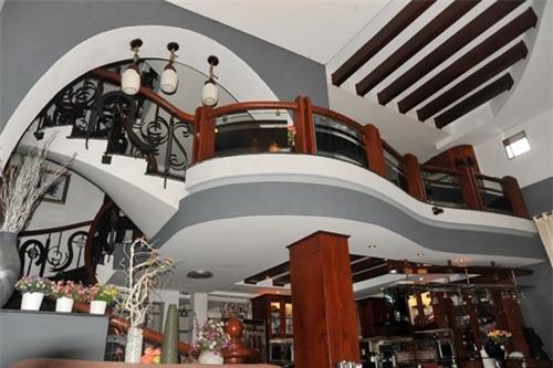 'Hoa mắt' với căn nhà 2 triệu đô ngập đầy gỗ quý của Lý Hải - Minh Hà - Ảnh 4