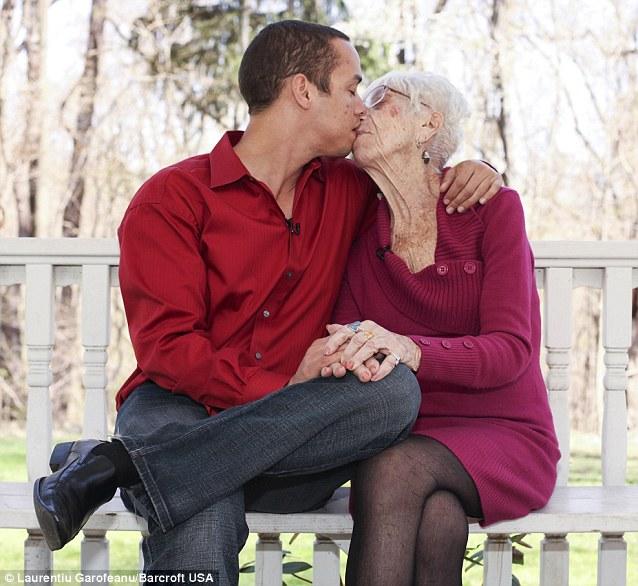 Chàng trai 31 tuổi đã tìm thấy tình yêu với người phụ nữ lớn hơn mình 60 tuổi