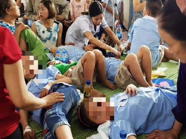 280 học sinh tiểu học nhập viện sau bữa ăn ở trường - Ảnh 1