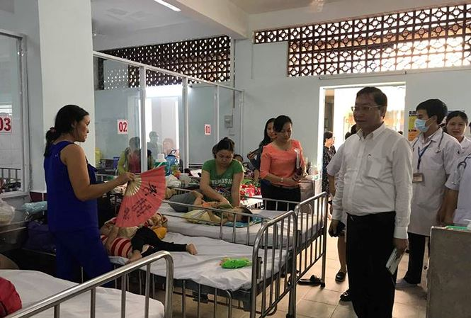Giám đốc Sở Y tế TPHCM kiểm tra đột xuất tình hình phòng chống điều trị tay chân miệng  - Ảnh 1