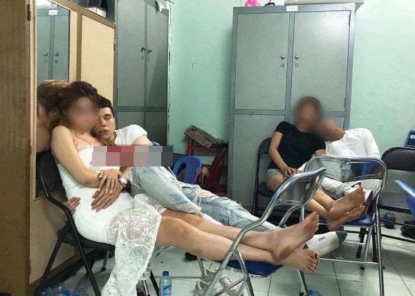 Xôn xao hình ảnh Hoàng Tôn công khai hôn gái lạ ở sân bay - Ảnh 3