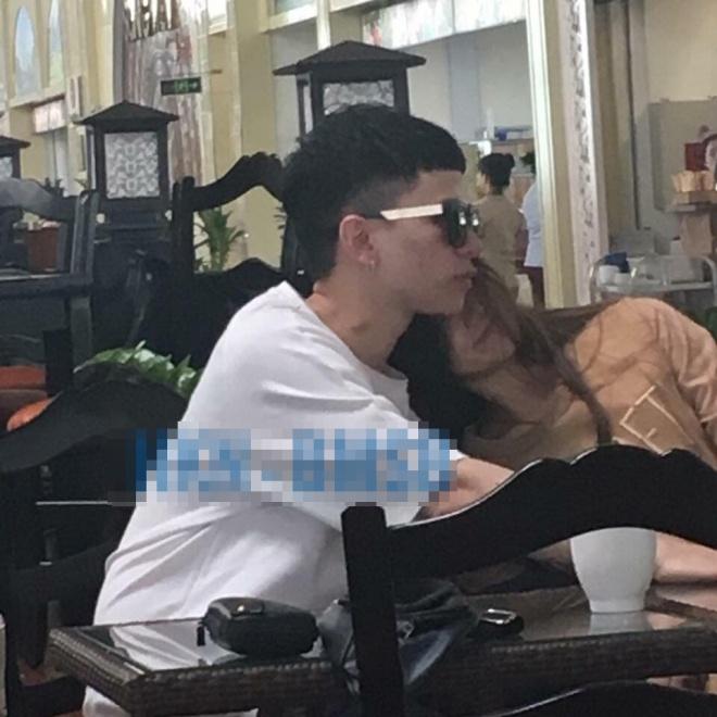 Xôn xao hình ảnh Hoàng Tôn công khai hôn gái lạ ở sân bay - Ảnh 1