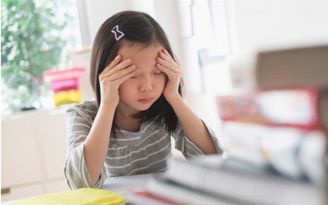 Trẻ em, không ít đứa có biểu hiện buồn rầu, ngại tiếp xúc với người lạ, sợ làm sai, sống thu mình. (Ảnh minh họa)