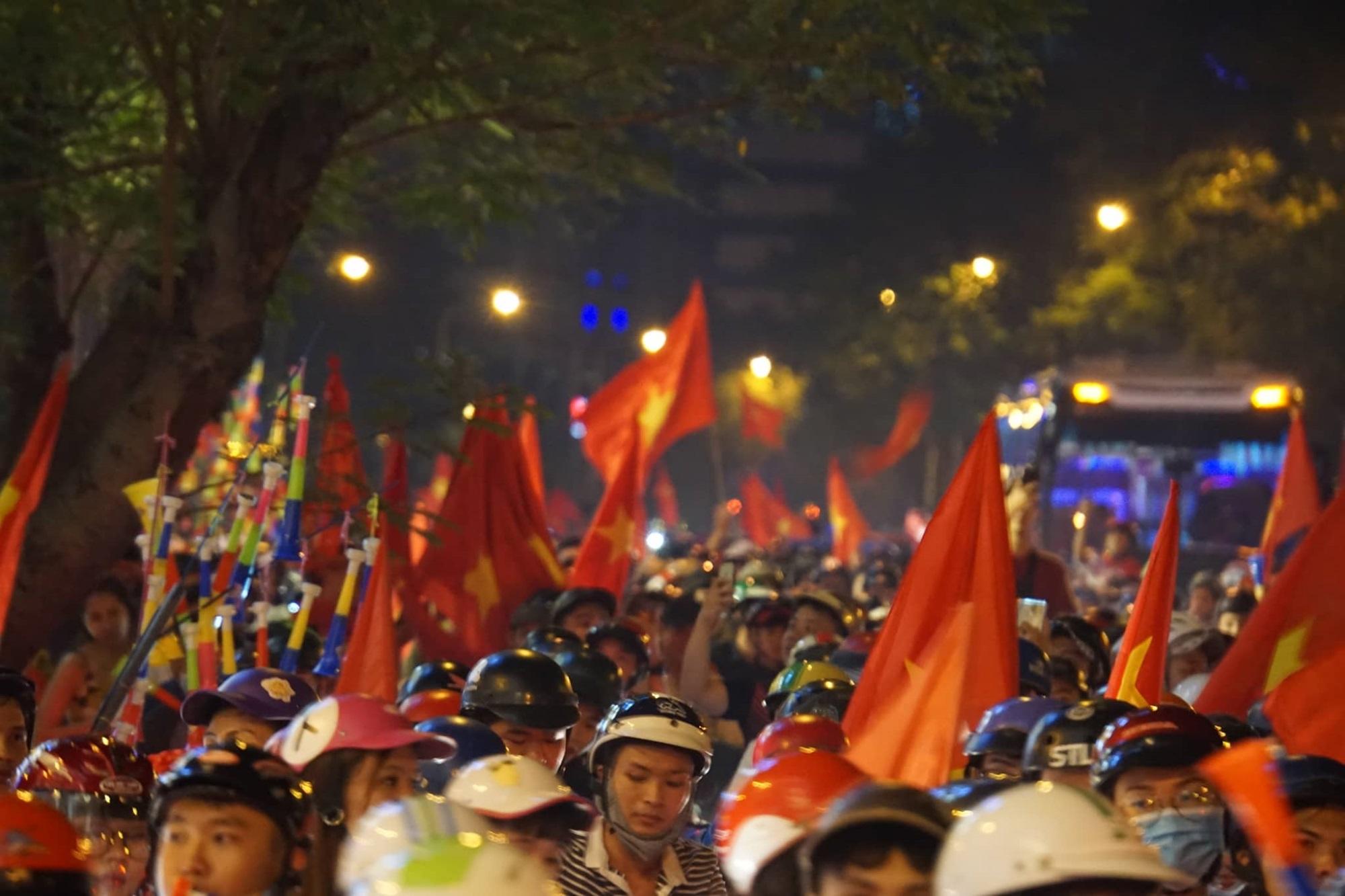 Pháo sáng, cờ hoa rực rỡ Sài Gòn khi triệu người xuống đường ăn mừng Việt Nam vào chung kết AFF Cup 2018 - Ảnh 9