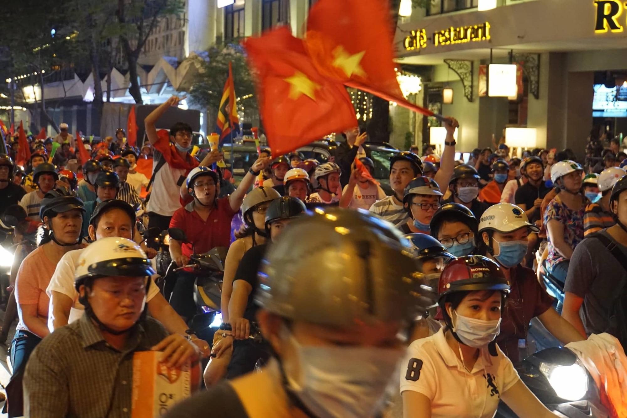 Pháo sáng, cờ hoa rực rỡ Sài Gòn khi triệu người xuống đường ăn mừng Việt Nam vào chung kết AFF Cup 2018 - Ảnh 10