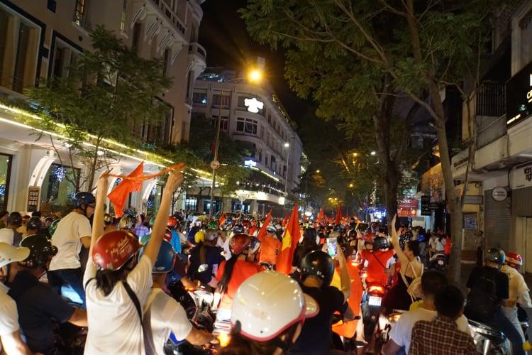 Pháo sáng, cờ hoa rực rỡ Sài Gòn khi triệu người xuống đường ăn mừng Việt Nam vào chung kết AFF Cup 2018 - Ảnh 11