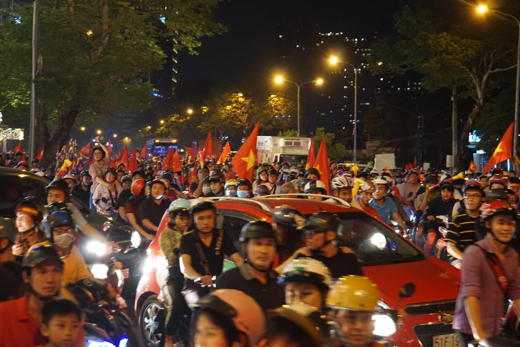 Pháo sáng, cờ hoa rực rỡ Sài Gòn khi triệu người xuống đường ăn mừng Việt Nam vào chung kết AFF Cup 2018 - Ảnh 14