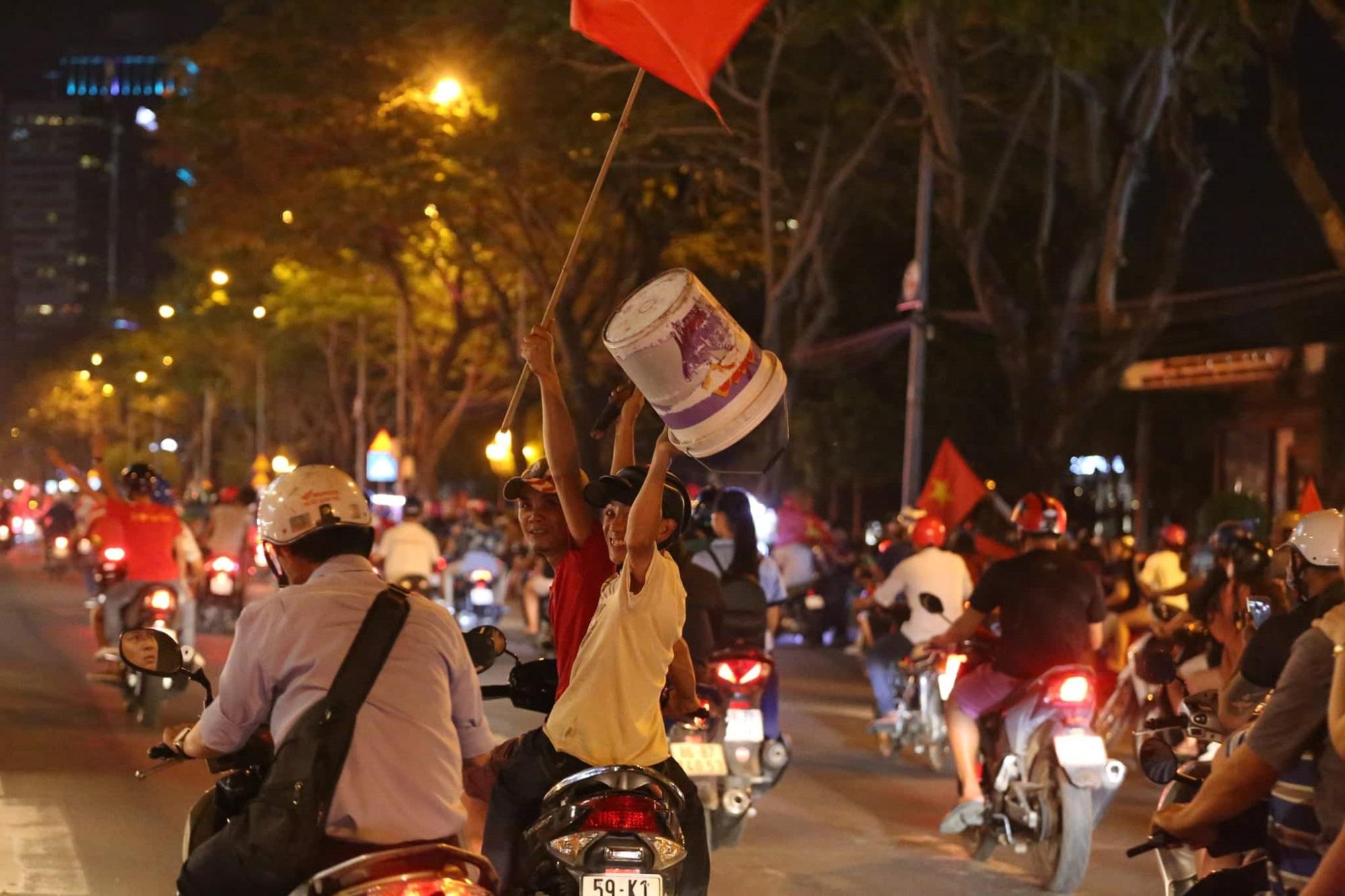 Pháo sáng, cờ hoa rực rỡ Sài Gòn khi triệu người xuống đường ăn mừng Việt Nam vào chung kết AFF Cup 2018 - Ảnh 16