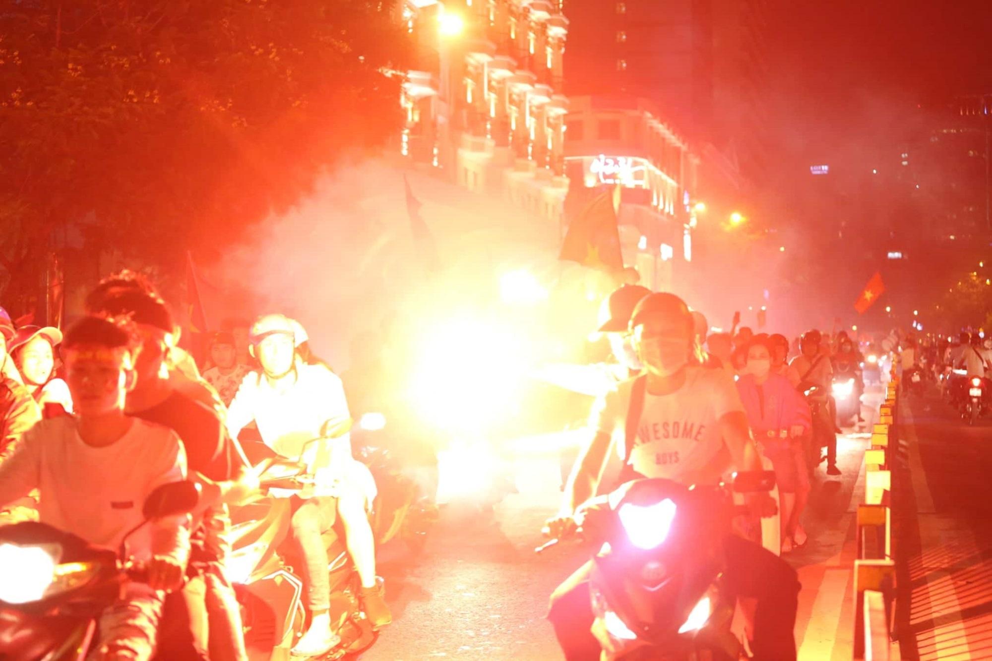 Pháo sáng, cờ hoa rực rỡ Sài Gòn khi triệu người xuống đường ăn mừng Việt Nam vào chung kết AFF Cup 2018 - Ảnh 18