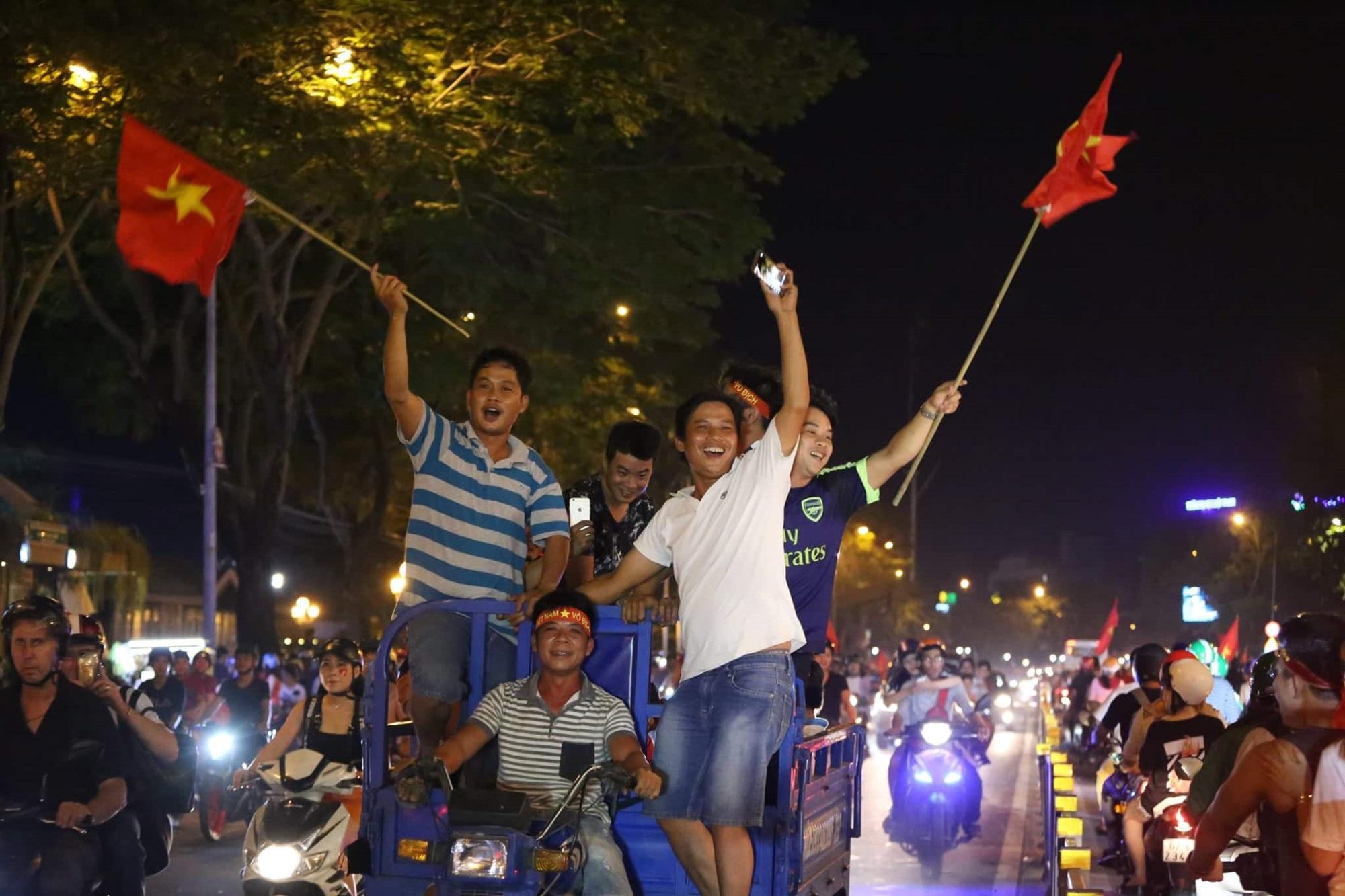 Pháo sáng, cờ hoa rực rỡ Sài Gòn khi triệu người xuống đường ăn mừng Việt Nam vào chung kết AFF Cup 2018 - Ảnh 21
