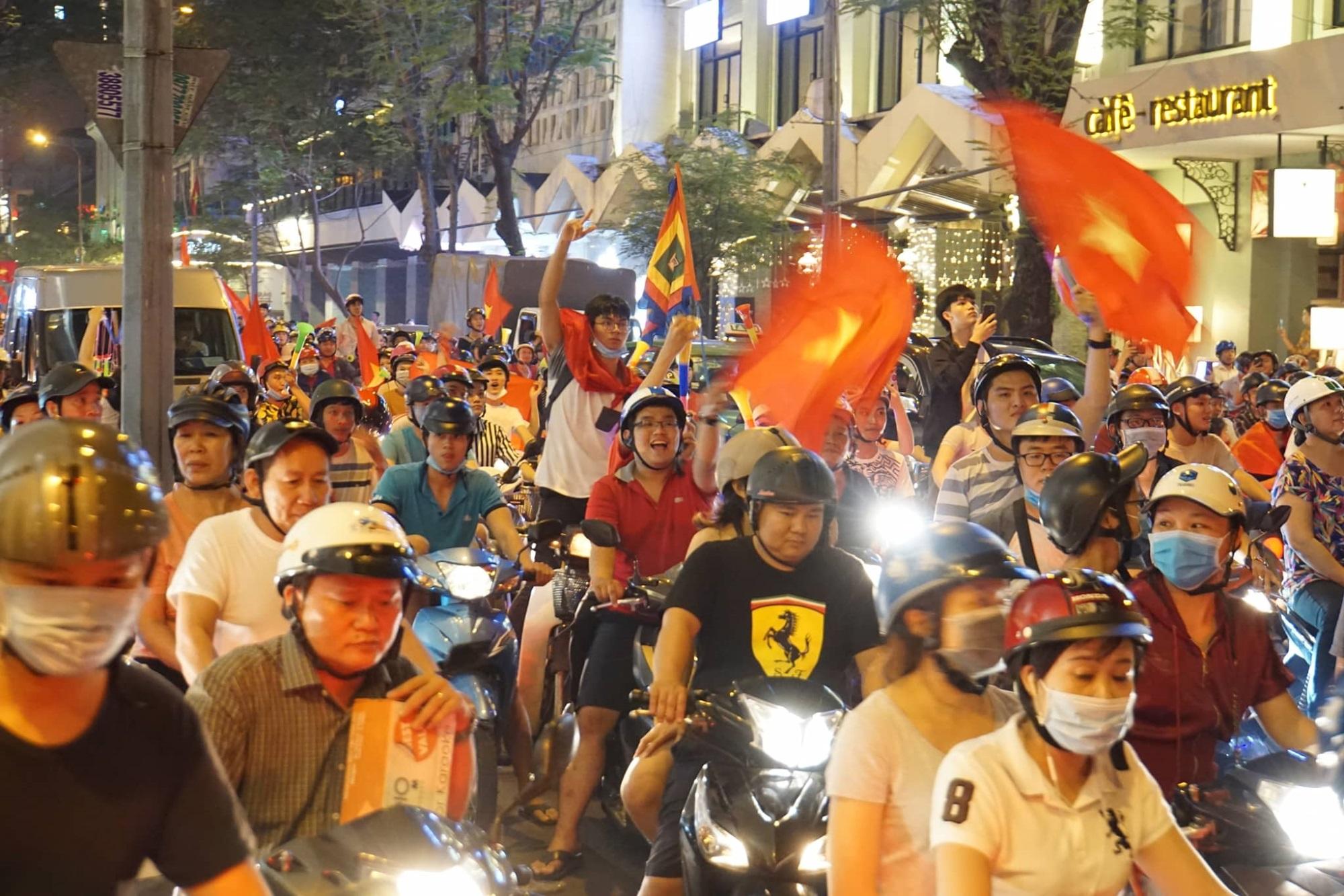 Pháo sáng, cờ hoa rực rỡ Sài Gòn khi triệu người xuống đường ăn mừng Việt Nam vào chung kết AFF Cup 2018 - Ảnh 22