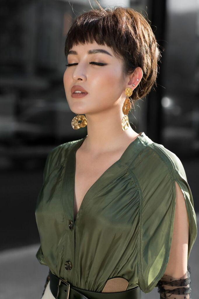 Không còn hình bóng của một nàng á hậu chỉn chu, lộng lẫy, Huyền My xuất hiện với hình ảnh của một cô nàng thành thị đầy phóng khoáng và liều lĩnh trong phong cách thời trang.