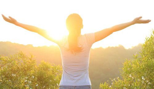 Hãy tập thói quen dậy sớm đểquá trình đào thải và trao đổi chất tự nhiên của cơ thể diễn ra tốt hơn