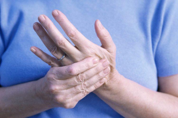 Vào mùa đông, tình trạng viêm khớp trở nên nghiêm trọng hơn gây nên những cơn đau nhức dữ dội