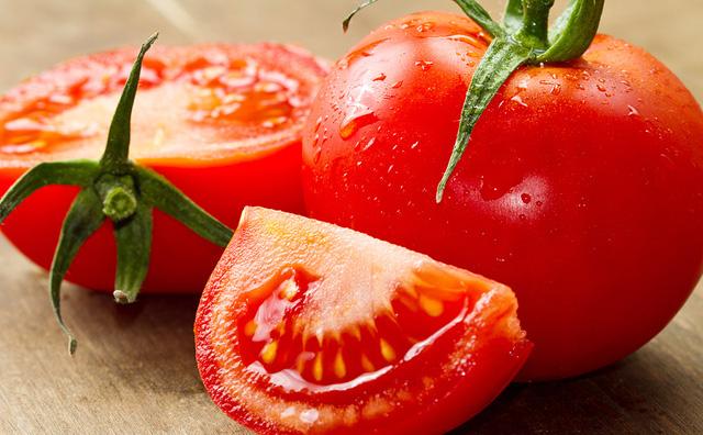Ăn nhiều cà chua làm tăng hàm lượngaxít uric trong máu nên khiến các khớp bị sưng và đau hơn