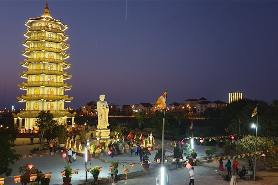 Hàng ngàn người dân Quảng Bình đến chùa vãn cảnh, cầu phúc, cầu an - Ảnh 1