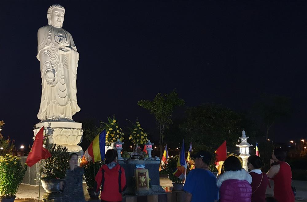 Hàng ngàn người dân Quảng Bình đến chùa vãn cảnh, cầu phúc, cầu an - Ảnh 3