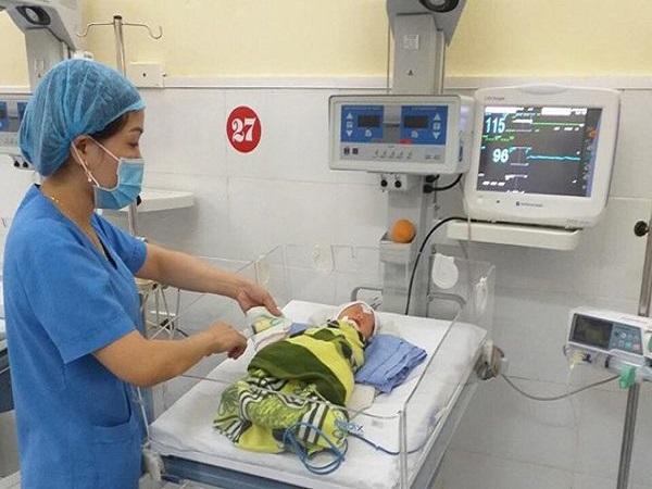 2 chân thai nhi thò hết ra ngoài, mẹ bầu mới đến viện cấp cứu - Ảnh 1