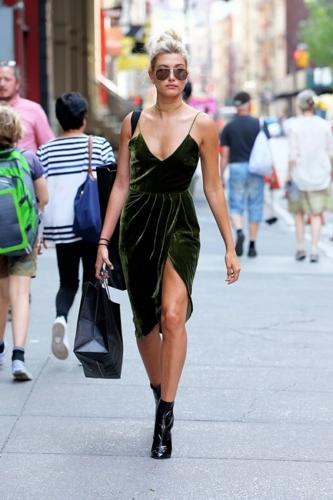 Vợ Justin Bieber, Hailey Balwin gợi cảm với slip dress nhung gam màu xanh rêu khi đi dạo phố.