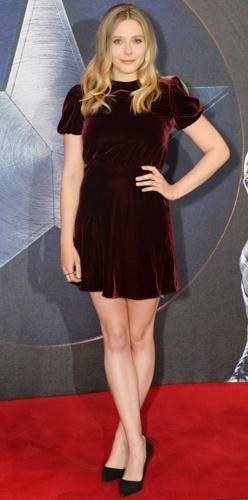Elizabeth Olsen kín đáo với chiếc đầm nhung cao cổ màu đỏ bordeau sang trọng.