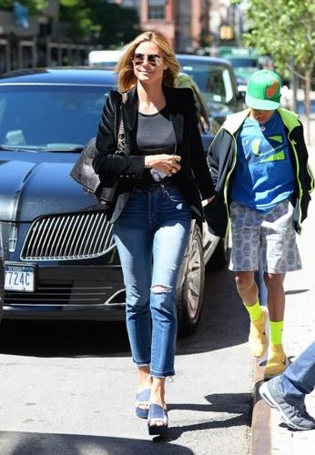 Trong khi đó, Heidi Klum lại chọn áo khoác blazer thanh lịch khi phối với áo thun đen, quần jeans rách trẻ trung.