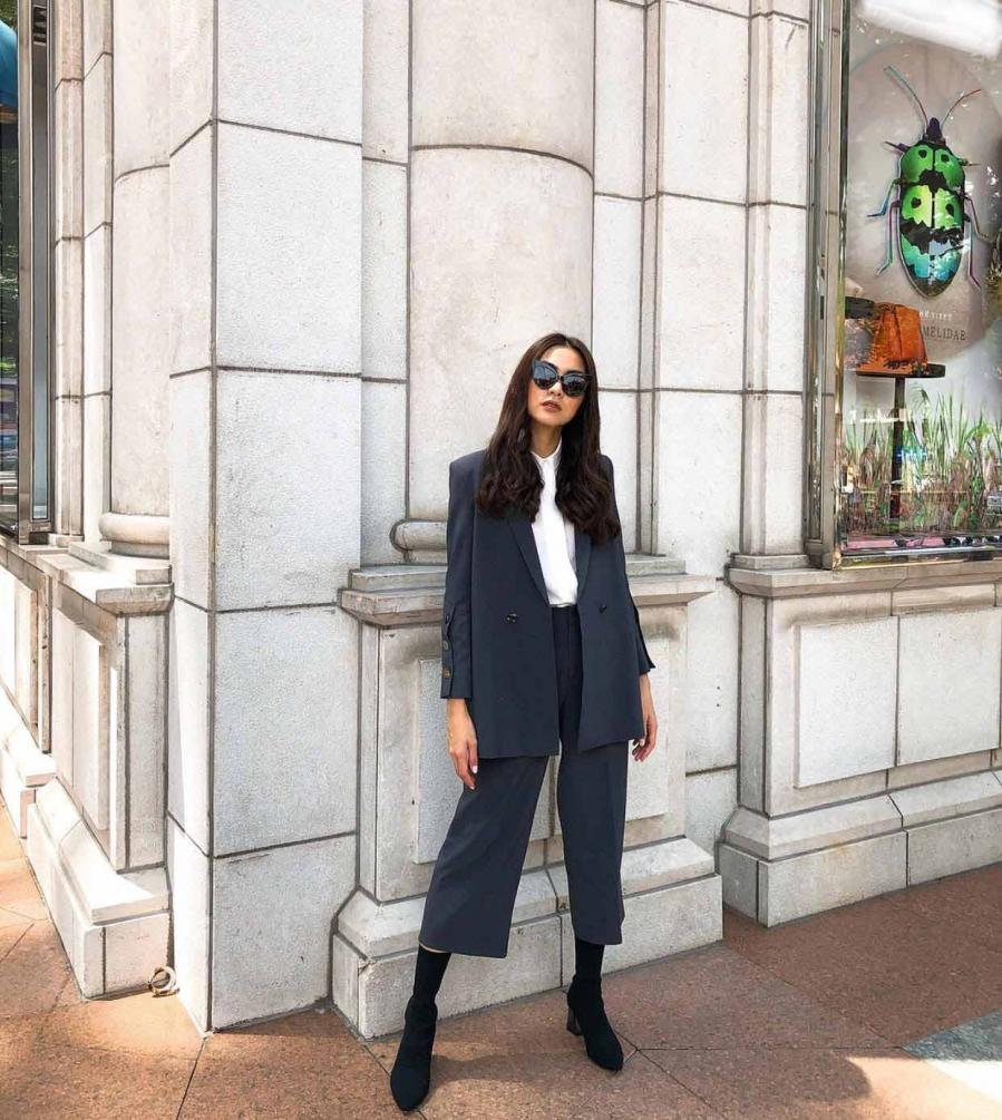 Tăng Thanh Hà vẫn sang chảnh ngay cả khi diện đồ theo phong cách tối giản cùng quần culottes và áo blazer tối màu.
