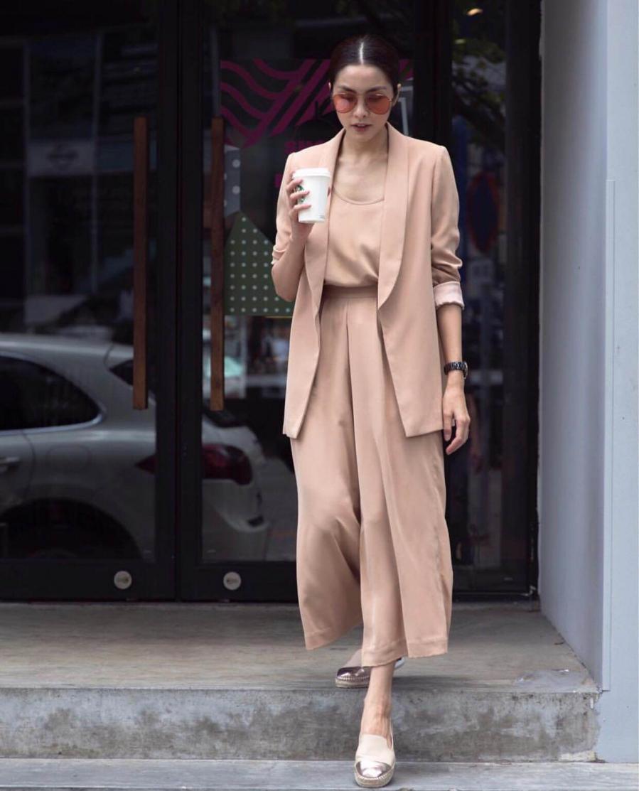 Ở một set đồ khác, người đẹp lại chọn gam màu pastel nhẹ nhàng và khéo léo phối đồ tông xuyệt tông từ giày đến kính.
