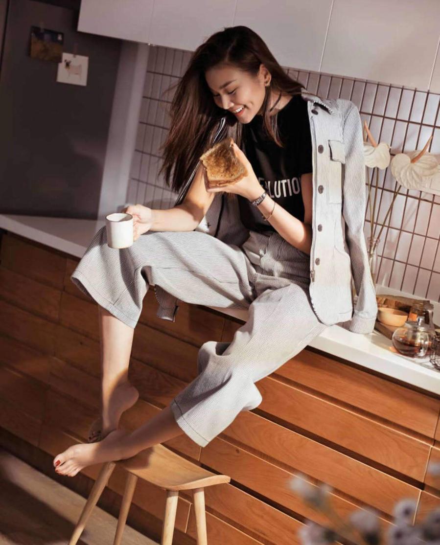 Là tín đồ của phong cách thời trang mạnh mẽ và năng động, Thanh Hằng luôn chọn cho mình những set đồ blazer với sắc màu trang nhã.