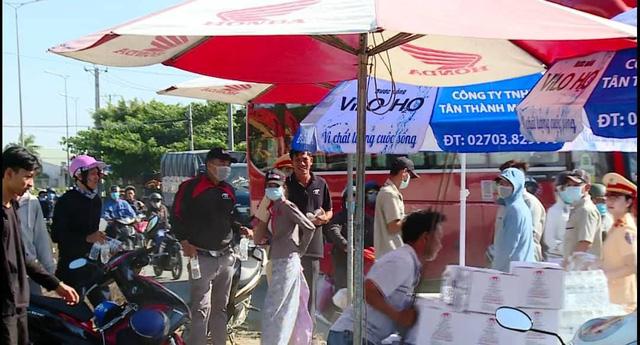 Chủ nhà cầm gậy rượt CSGT phát nước cho người đi đường - Ảnh 2