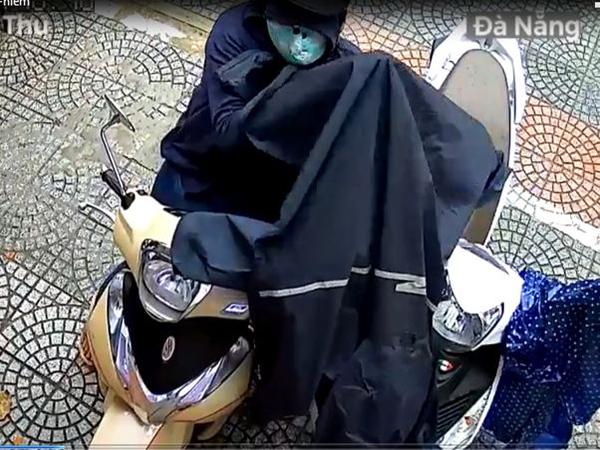 Người phụ nữ đi SH làm 'ảo thuật' trộm mũ bảo hiểm nhanh như cắt - Ảnh 2