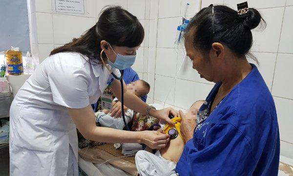 Bác sĩ ám ảnh bệnh nhi bị mủn hết xương hàm, miệng bốc mùi vì kiêng cữ khi mắc sởi - Ảnh 2