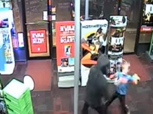 Cậu bé 7 tuổi dũng cảm dùng gấu bông đánh đuổi tên cướp có vũ khí  - Ảnh 3