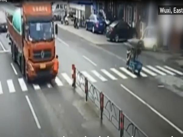 Qua đường cứu chó bị thương, người phụ nữ bị xe tải tông ngã - Ảnh 3