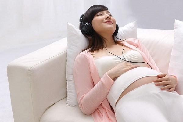 Dành thời gian nghỉ ngơi, thư giãn và giải trí để giảm stress cho bà bầu