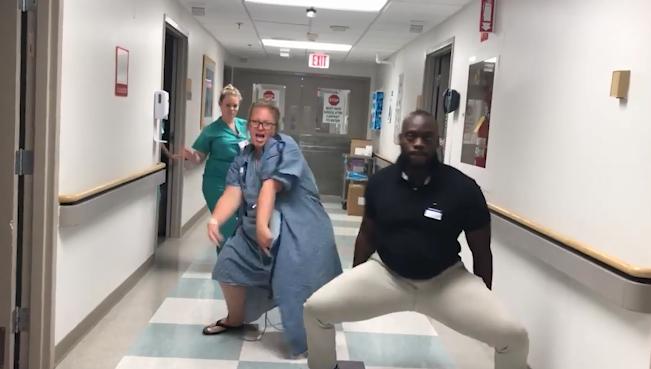 Clip mẹ bầu nhảy múa cùng chồng và y tá trước giờ sinh khiến cư dân mạng thích thú - Ảnh 2