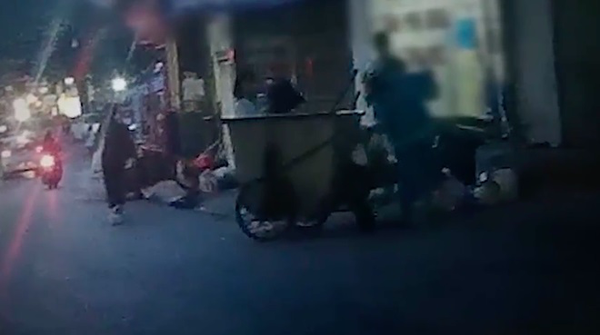 Clip sốc: Lục lọi chiếc túi đen bị y tá phòng khám thai quẳng lên xe rác, ai cũng bàng hoàng tột độ khi thấy thứ bên trong - Ảnh 2