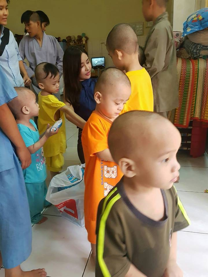 Lê Âu Ngân Anh diện áo hở eo đi phát quà từ thiện cho trẻ em nghèo