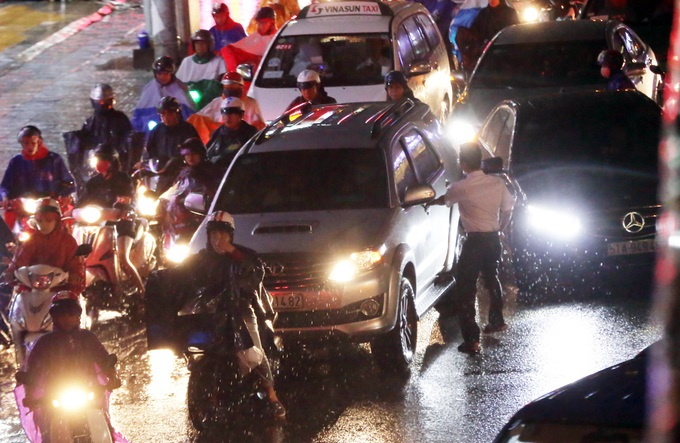 Mưa lớn, 'phố biến thành sông', người dân Sài Gòn bì bõm dắt xe 'bơi' về nhà - Ảnh 10