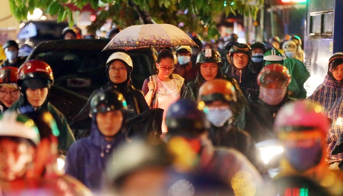 Mưa lớn, 'phố biến thành sông', người dân Sài Gòn bì bõm dắt xe 'bơi' về nhà - Ảnh 11