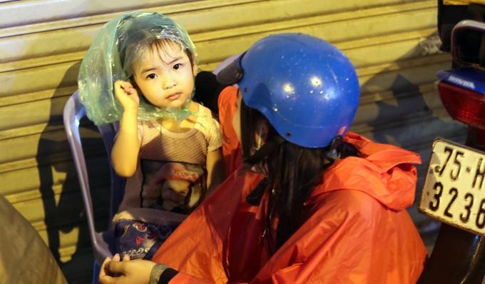 Mưa lớn, 'phố biến thành sông', người dân Sài Gòn bì bõm dắt xe 'bơi' về nhà - Ảnh 12