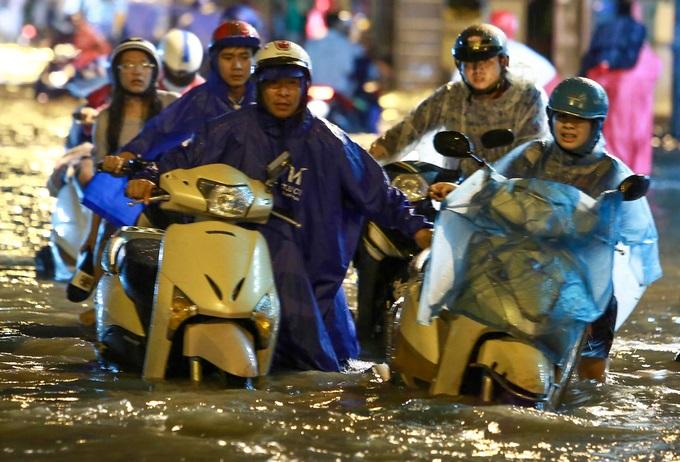 Mưa lớn, 'phố biến thành sông', người dân Sài Gòn bì bõm dắt xe 'bơi' về nhà - Ảnh 2
