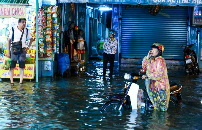 Mưa lớn, 'phố biến thành sông', người dân Sài Gòn bì bõm dắt xe 'bơi' về nhà - Ảnh 3