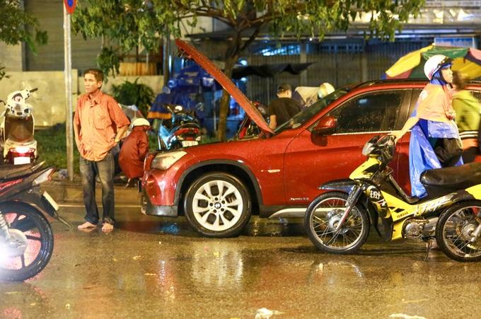 Mưa lớn, 'phố biến thành sông', người dân Sài Gòn bì bõm dắt xe 'bơi' về nhà - Ảnh 6