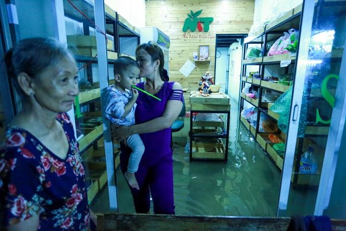 Mưa lớn, 'phố biến thành sông', người dân Sài Gòn bì bõm dắt xe 'bơi' về nhà - Ảnh 7