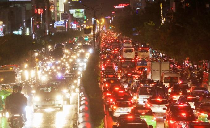 Mưa lớn, 'phố biến thành sông', người dân Sài Gòn bì bõm dắt xe 'bơi' về nhà - Ảnh 8