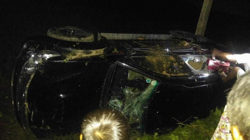Hai người đàn ông bị hành hung, xe ô tô bị đập phá - Ảnh: Internet