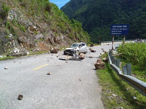 Đang di chuyển trên đường, ô tô bị đá lở rơi trúng vỡ hư hại phần đầu - Ảnh 1