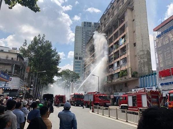 Giải cứu 28 người khỏi đám cháy kí túc xá ở trung tâm Sài Gòn - Ảnh 2