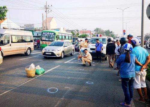 Ôtô húc văng hai phụ nữ đi bộ qua Quốc lộ ở Bà Rịa-Vũng Tàu - Ảnh 2